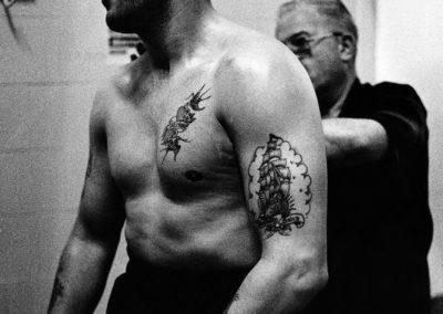 Milano, Palazzetto dello Sport. Un pugile si prepara a salire sul ring.